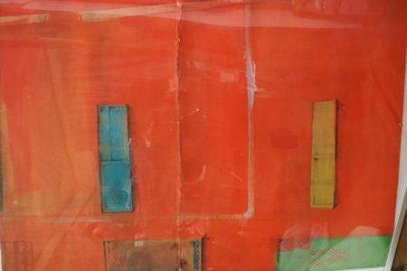 赤い壁のアパート